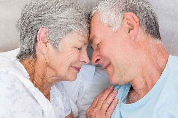 coppia di 60 anni innamorati